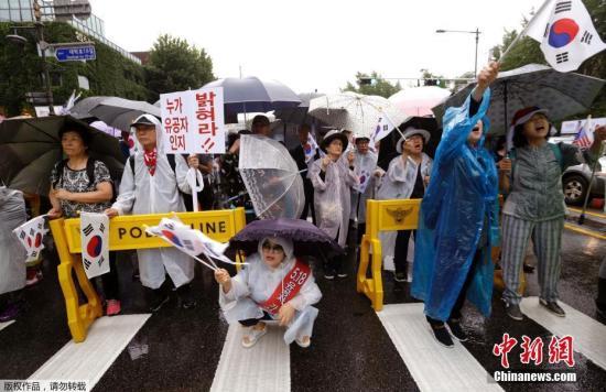 8月15日,在韩国首尔,韩国民众参加和平游行示威。数千名韩国民众15日在首都首尔参加大规模反对萨德、反对韩美军演的和平游行示威活动。