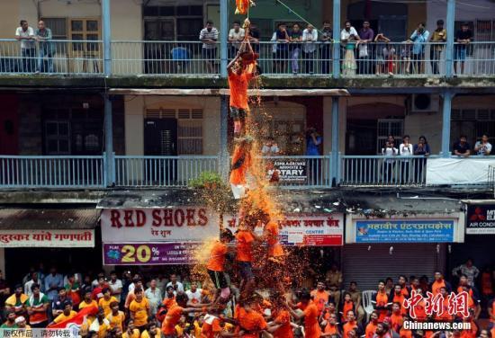 当地时间2017年8月15日,印度孟买,印度教教徒在孟买叠人塔庆祝建摩斯达密(Janmashtami),以此纪念印度教克里希纳神的诞生。