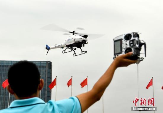 资料图:一男子操作无人机。<a target='_blank' href='http://www.chinanews.com/'>中新社</a>记者 刘新 摄