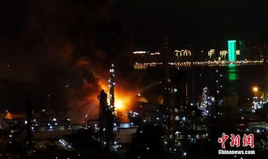 8月17日,大连石化火灾现场。18时40分左右,中石油大连石化分公司发生火灾,目前消防部门正在灭火。中新社发 刘德斌 摄 图片来源:CNSPHOTO