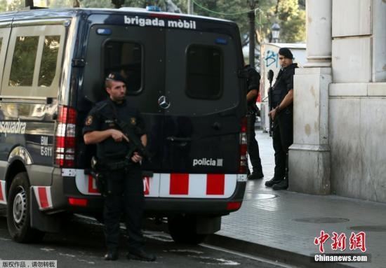 """当地时间8月18日,西班牙巴塞罗那兰布拉大街,恐袭发生后警方加强巡逻安保。17日在西班牙第二大城市巴塞罗那的市区,一辆厢型货车冲撞人群,造成至少13人死亡,百余人受伤。极端组织""""伊斯兰国""""已宣称对此次恐怖袭击事件负责。"""