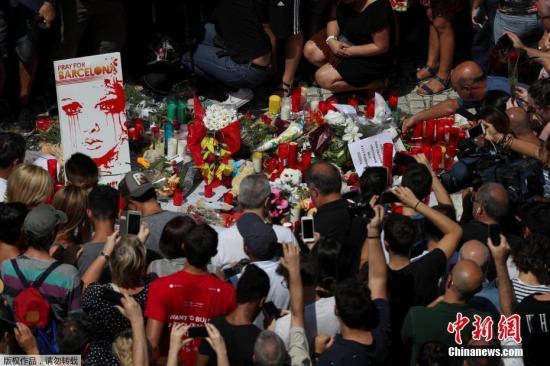 当地时间8月18日,西班牙巴塞罗那举行恐袭遇难者默哀仪式,西班牙国王费利佩六世和首相拉霍伊亲临现场与群众一同默哀。