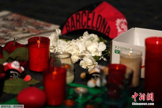 当地时间8月18日,民众在西班牙巴塞罗那兰布拉大道(La Ramblas)摆放蜡烛和鲜花,悼念恐袭遇难者。