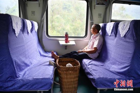 8月17日,一名乘客准备去集市。
