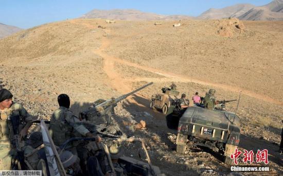 当地时间8月17日,黎巴嫩军队向叙利亚和黎巴嫩边境附近被恐怖组织占据的据点发起炮击。