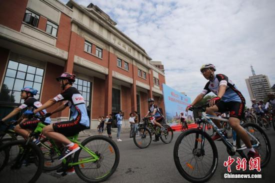"""8月18日,南京大学、台湾大学等两岸21所知名高校的120多名大学生骑着自行车沿长江""""顺流而下""""途经南京、镇江和常州。 中新社记者 泱波 摄"""