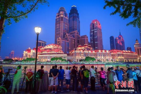 """8月17日晚,第十三届全运会即将开幕,""""点亮海河""""活动在天津海河两畔的进行了彩排、预演。 记者 佟郁 摄"""