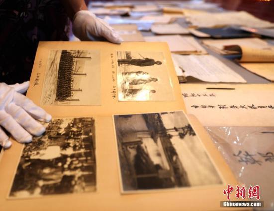 """资料图:2017年8月18日,位于中国黑龙江省哈尔滨市的侵华日军第七三一部队罪证陈列馆,公开了一批七三一部队从事人体实验、细菌研制生产的最新证据――专做鼠疫菌用的电流孵卵器、细菌战犯笔供、输送""""马路大""""的档案以及一批七三一部队当时照片。此次公开的新证据与前不久日本广播协会电视台NHK播放的纪录片相佐证,进一步证明了侵华日军第七三一部队的反人类暴行。/p中新社记者 王舒 摄"""