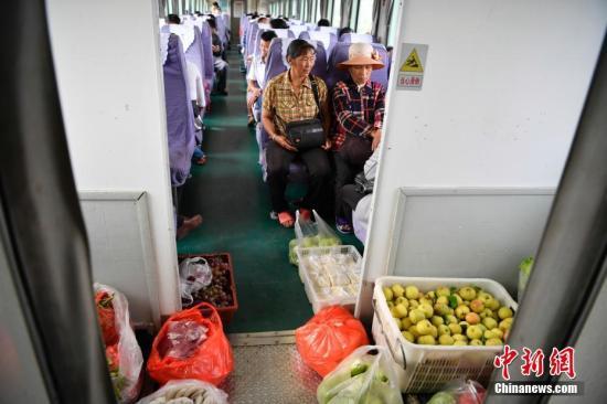 8月17日,菜贩的商品在列车上摆了一地。