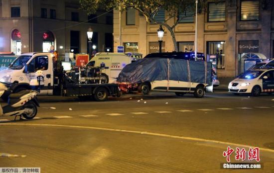 西班牙班牙巴塞罗纳,撞人事件肇事车辆被拖走。