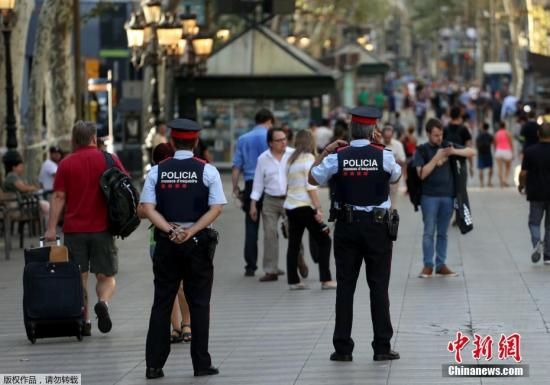 当地时间8月18日,西班牙巴塞罗那兰布拉大街,恐袭发生后警方加强巡逻安保。