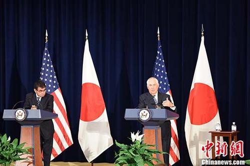 """当地时间8月17日,美日安全磋商委员会会议(""""2+2"""")在美国首都华盛顿举行。图为日本外务大臣河野太郎(左)与美国国务卿蒂勒森(右)在会后回答记者提问。 <a target='_blank' href='http://www.chinanews.com/'>中新社</a>记者 邓敏 摄"""