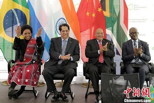 资料图:金砖国家新开发银行非洲区域中心在约翰内斯堡正式成立。南非总统祖马(右二)和财政部长吉加巴(右一)、外交部长马沙巴内(左一)、科技部长潘多等多位内阁部长、副部长,新开发银行行长卡马特(左二)、副行长祝宪等参加了相关活动。 <a target='_blank' href='http://www.chinanews.com/'>中新社</a>记者 宋方灿 摄