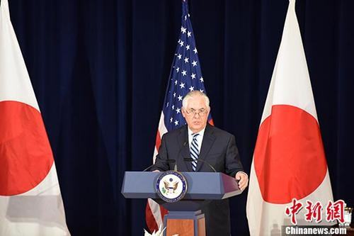 """当地时间8月17日,美日安全磋商委员会会议(""""2+2"""")在美国首都华盛顿举行。图为美国国务卿蒂勒森(右)在会后回答记者提问。 <a target='_blank' href='http://www.chinanews.com/'>中新社</a>记者 邓敏 摄"""