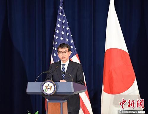"""当地时间8月17日,美日安全磋商委员会会议(""""2+2"""")在美国首都华盛顿举行。图为日本外务大臣河野太郎在会后回答记者提问。 中新社记者 邓敏 摄"""