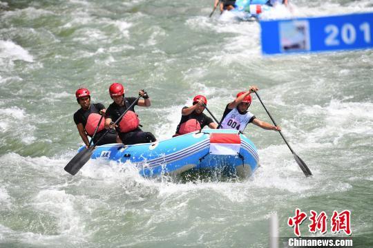 图为选手划桨前行。 俞靖 摄