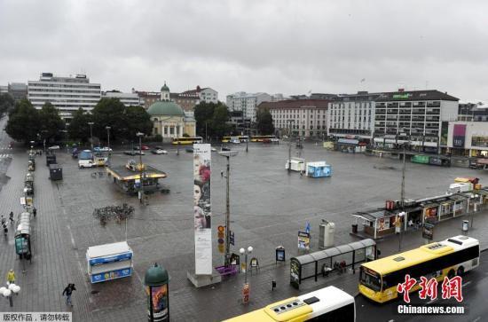 """据外媒报道,当地时间8月18日,芬兰西南部城市图尔库发生持刀行凶事件。有2人在袭击中丧生,另有6人受伤。 据报道,18日下午,有人在图尔库市中心持刀袭击民众。当地警察赶到事发现场后,开枪打伤凶徒腿部,随即将他制服逮捕。 根据警方公布的消息,这起事件共有8名受害者,其中2人死亡,6人受伤。医院方面称,受害者都是成年人。 凶徒的身份和作案动机有待调查。不过警方称,行凶者是是一名""""外国年轻人""""。警方还表示,他们正在和移民部门合作。 芬兰总理西比莱通过社交媒体表示,政府将密切关注图尔库发生的情况以及警方行动。芬兰首都赫尔辛基警方已提升机场和火车站安全警戒级别。 图为事发广场。"""