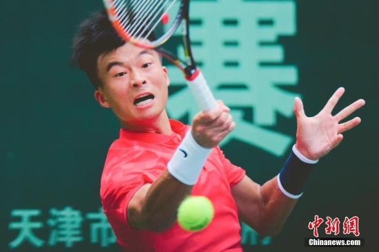 8月19日,吴迪在比赛中回球。当天,第十三届全运会网球男单决赛在天津网球中心举行,代表上海队出战的吴迪以2-0战胜代表北京队出战的王楚涵,实现了全运会网球男单三连冠。 中新社记者 佟郁 摄