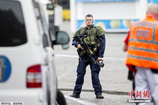 """据外媒报道,当地时间8月18日,芬兰西南部城市图尔库发生持刀行凶事件。有2人在袭击中丧生,另有6人受伤。嫌犯被捕后,警方在现场维安。 据报道,18日下午,有人在图尔库市中心持刀袭击民众。当地警察赶到事发现场后,开枪打伤凶徒腿部,随即将他制服逮捕。 根据警方公布的消息,这起事件共有8名受害者,其中2人死亡,6人受伤。医院方面称,受害者都是成年人。 凶徒的身份和作案动机有待调查。不过警方称,行凶者是是一名""""外国年轻人""""。警方还表示,他们正在和移民部门合作。 芬兰总理西比莱通过社交媒体表示,政府将密切关注图尔库发生的情况以及警方行动。芬兰首都赫尔辛基警方已提升机场和火车站安全警戒级别。 图为警方在事发现场警戒。"""