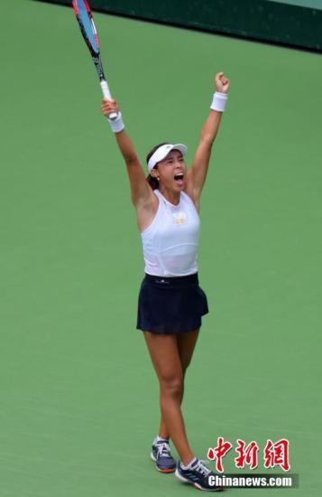 8月19日,天津网球中心,王蔷在夺冠后欢呼。当天,第十三届全运会网球单项赛进入最后一个比赛日,在女单决赛较量中,王蔷战胜了天津队友张帅夺冠。 中新社记者 佟郁 摄
