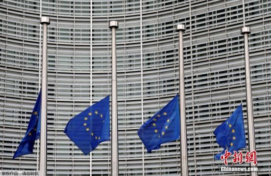 当地时间2017年8月18日,在巴塞罗那恐怖袭击发生后,欧盟降半旗纪念事故中的遇难者。