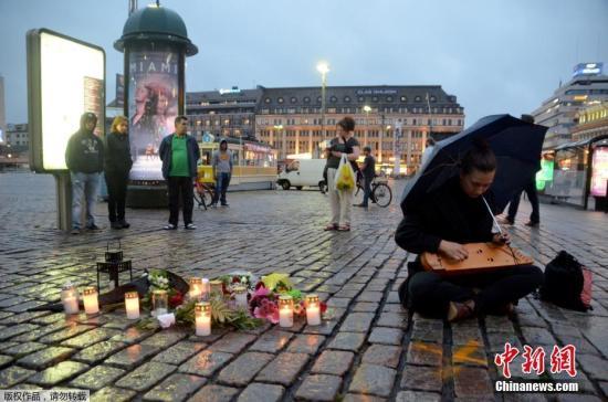 据外媒报道,当地时间8月18日,芬兰西南部城市图尔库发生持刀行凶事件。有2人在袭击中丧生,另有6人受伤。 事发后,当地民众来到事发广场,悼念遇难者。
