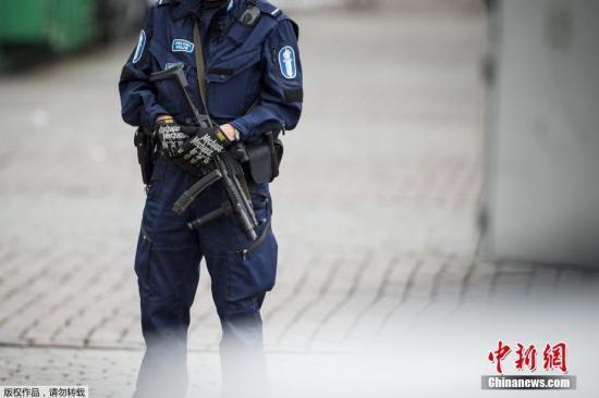 """据外媒报道,当地时间8月18日,芬兰西南部城市图尔库发生持刀行凶事件。有2人在袭击中丧生,另有6人受伤。 据报道,18日下午,有人在图尔库市中心持刀袭击民众。当地警察赶到事发现场后,开枪打伤凶徒腿部,随即将他制服逮捕。 根据警方公布的消息,这起事件共有8名受害者,其中2人死亡,6人受伤。医院方面称,受害者都是成年人。 凶徒的身份和作案动机有待调查。不过警方称,行凶者是是一名""""外国年轻人""""。警方还表示,他们正在和移民部门合作。 芬兰总理西比莱通过社交媒体表示,政府将密切关注图尔库发生的情况以及警方行动。芬兰首都赫尔辛基警方已提升机场和火车站安全警戒级别。 图尔库位于芬兰首都赫尔辛基以西约14..."""