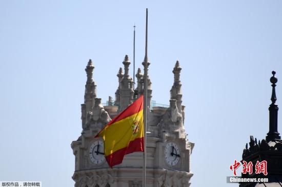 当地时间2017年8月18日,在巴塞罗那恐怖袭击发生后,世界多国降半旗纪念事故中的遇难者。图为西班牙马德里西贝雷斯宫外降半旗。