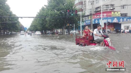 8月18日晚间至19日上午,河南漯河市遭遇特大暴雨。 利俊峰 摄