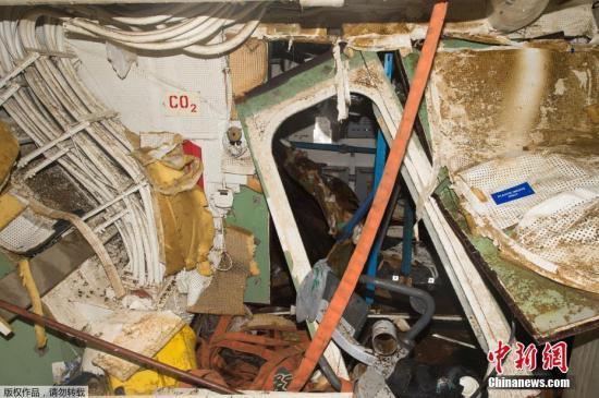 """8月18日,美国海军公布了其海军驱逐舰""""菲茨杰拉德""""号内部破损的照片。据外媒报道,关于6月日本静冈县伊豆半岛近海发生的美国海军宙斯盾舰与集装箱船相撞导致7名美军士兵死亡的事故,一名美国海军高官8月17日向媒体承认系美舰方面过失造成,称""""当时舰桥部位的警戒监视存在明显松懈""""。美海军当天宣布将对宙斯盾舰舰长等10余名乘员予以处分。据美国海军公布的报告指出,宙斯盾舰与菲律宾籍货船于6月17日凌晨1点半左右,在伊豆半岛石廊崎附近海域相撞。当时,海面平静月色清朗,不存在视线问题。宙斯盾舰仅打开了导航灯进行夜航。事故发生时大部分船员已就寝,因巨大的撞击声惊醒的士兵将同伴叫醒。大量海水从冲撞造成的船体龟..."""