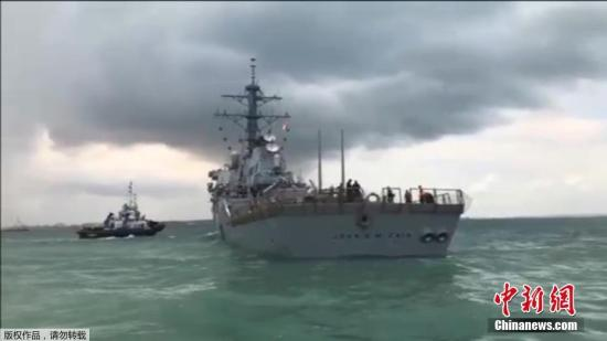 """美国海军称,""""约翰・麦凯恩""""号导弹驱逐舰碰撞事故发生后,驱逐舰上的10名船员失踪,另有5人受伤。"""