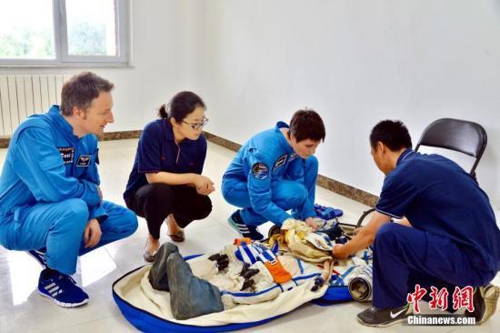资料图:欧洲航天员学习使用中国航天服。 中新社发 朱九通 摄
