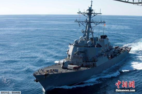 """美国海军称,""""约翰?麦凯恩""""号导弹驱逐舰碰撞事故发生后,驱逐舰上的10名船员失踪,另有5人受伤。(资料图)"""