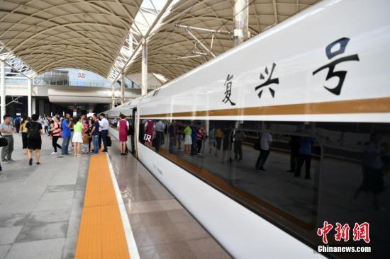 """8月21日,北京西至石家庄的""""复兴号""""G9061列车缓缓驶入石家庄火车站。 <a target='_blank' href='http://www.chinanews.com/'>中新社</a>记者 翟羽佳 摄"""