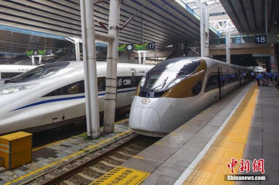 """8月21日,开往石家庄的G9061次""""复兴号""""动车组列车在北京西站迎接旅客。当日,中国铁路部门扩大""""复兴号""""动车组开行范围,通达北京西、天津、石家庄等10个车站。""""复兴号""""是中国标准动车组的中文命名,具备完全自主知识产权,目前开行总数量达到26.5对。 中新社记者 贾天勇 摄"""
