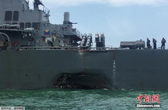 """资料图:美国导弹驱逐舰""""麦凯恩""""号和一艘商船在马六甲海峡附近相撞。"""