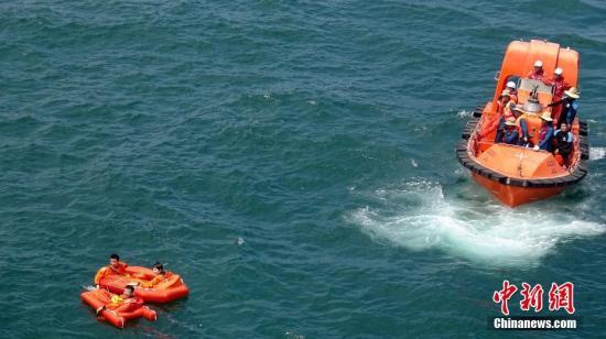 中欧航天员海上救生训练8月21日在山东省烟台市附近海域圆满完成。为期17天的海上救生训练任务,验证了航天员海上救生训练方案、海上营救方式、航天员海上自主出舱方法与程序设计的合理可行性、训练方法的科学有效性,为空间站任务应急搜救奠定了坚实基础。 中新社记者 张素 摄
