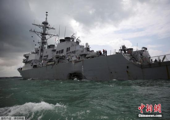 """""""麦凯恩""""号导弹驱逐舰的受损部位非常明显。"""