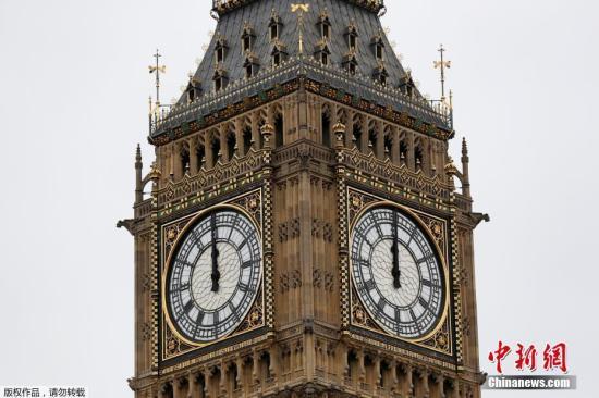 资料图:当地时间8月21日,英国伦敦,著名的大本钟进行最后一次报时,随后它将进入4年的维修期,在今后4年大部分时间将处于静音模式。