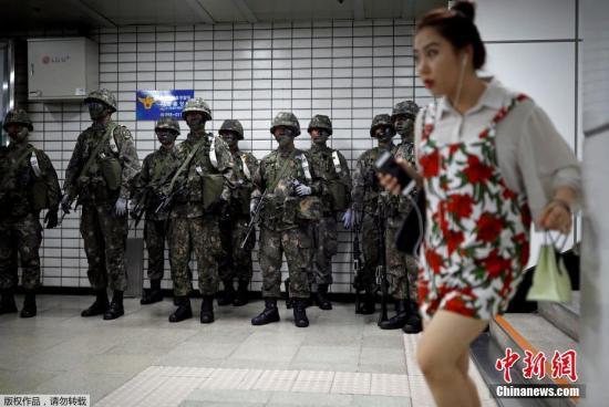 """当地时间2017年8月22日,韩国首尔,韩国举行""""乙支自由卫士""""军事演习。韩国媒体报道,韩美""""乙支自由卫士""""联合军演从21日?#20013;?#33267;31日,5万名韩国军人和1.75万名美国军人参加这次为期10天的军演。"""