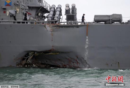 """图为""""麦凯恩""""号发生撞击的部位凹进去一大块。这是美国军舰在两个月内发生的第二起碰撞事故。美国海军已下令对这起事故展开全球广泛调查。同时,美国将在全球范围""""暂停""""海军行动。"""