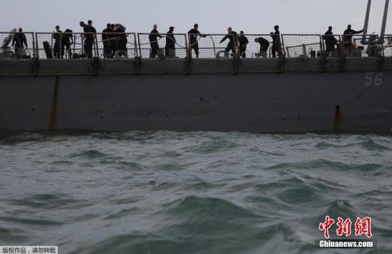 """事故发生后,美国海军作战部长理查德森下令海军暂停在全球范围的行动,以便让当局对海军作业进行""""全面检讨""""。图为""""麦凯恩""""号导弹驱逐舰甲板上忙碌的人群。"""