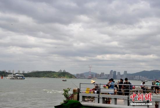 """8月22日,受台风""""天鸽""""外围影响的厦门。当日,福建省气象台继续发布台风黄色预警信号。 中新社记者 张斌 摄"""