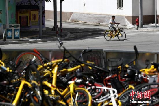 """上海现共享单车""""坟墓"""" 堆积如山场面壮观。 张亨伟 摄"""