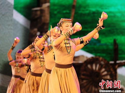 8月21日,由中国内蒙古呼和浩特民族演艺集团出品的原创舞剧《驼道》在阿斯塔纳上演,该演出是2017年阿斯塔纳专项世博会内蒙古活动周框架下活动。 中新社记者 文龙杰 摄