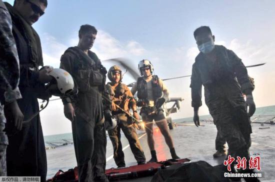 """资料图:当地时间8月23日,在马来西亚附近海域,马来西亚海军和美国海军寻获一具失踪船员遗体。目前,美军已经寻获发生撞船事故的""""麦凯恩""""号驱逐舰部分船员遗体。美国官员22日表示,美国第七舰队司令约瑟夫・奥柯因可能将因多次舰船碰撞事故被解职。海军上将斯威夫特在新加坡举行的记者会上对媒体表示,潜水员们在搜救过程中在被密封的船舱发现了一些遗体。8月21日,美国海军导弹驱逐舰""""麦凯恩""""号和一艘商船在马六甲海峡附近相撞,造成美国海军10人失踪。图为美国海军将遇难者遗体运上直升机。"""