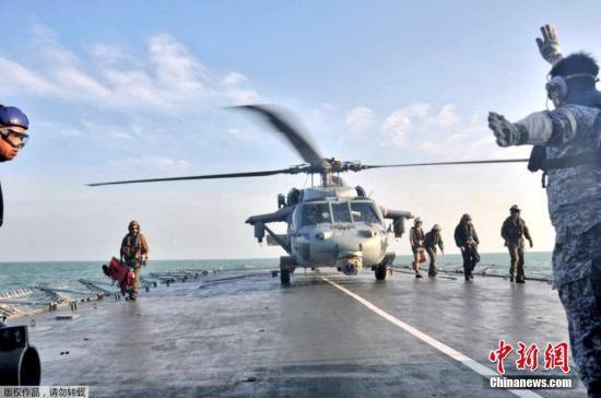 """当地时间8月23日,在马来西亚附近海域,马来西亚海军和美国海军寻获一具失踪船员遗体。目前,美军已经寻获发生撞船事故的""""麦凯恩""""号驱逐舰部分船员遗体。美国官员22日表示,美国第七舰队司令约瑟夫・奥柯因可能将因多次舰船碰撞事故被解职。海军上将斯威夫特在新加坡举行的记者会上对媒体表示,潜水员们在搜救过程中在被密封的船舱发现了一些遗体。8月21日,美国海军导弹驱逐舰""""麦凯恩""""号和一艘商船在马六甲海峡附近相撞,造成美国海军10人失踪。图为一架参与搜救的美军直升机降落在马来西亚军舰上。"""