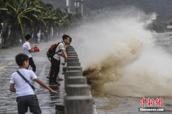 """8月23日,珠海情侣路外的海面上出现狂风巨浪。当日,第13号台风""""天鸽""""裹挟狂风暴雨登陆珠海,登陆时中心风力达45米/秒(14级)。 记者 陈骥�F 摄"""