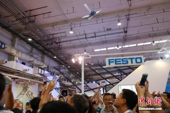 8月23日,2017世界机器人大会在北京亦创国际会展中心开幕,在展厅内展翅飞翔的仿生蜻蜓吸引了观众的目光。 <a target='_blank' href='http://www.chinanews.com/'>中新社</a>记者 刘关关 摄