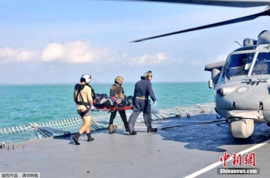 """资料图:当地时间8月23日,在马来西亚附近海域,马来西亚海军和美国海军寻获一具失踪船员遗体。目前,美军已经寻获发生撞船事故的""""麦凯恩""""号驱逐舰部分船员遗体。美国官员22日表示,美国第七舰队司令约瑟夫?奥柯因可能将因多次舰船碰撞事故被解职。海军上将斯威夫特在新加坡举行的记者会上对媒体表示,潜水员们在搜救过程中在被密封的船舱发现了一些遗体。8月21日,美国海军导弹驱逐舰""""麦凯恩""""号和一艘商船在马六甲海峡附近相撞,造成美国海军10人失踪。"""